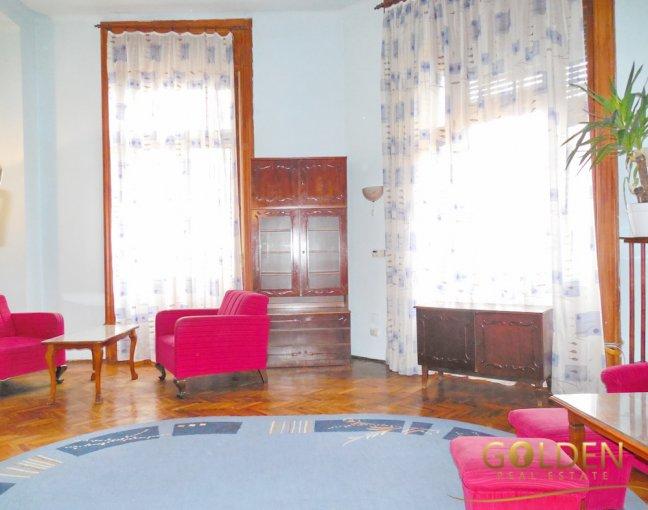 Apartament de vanzare direct de la agentie imobiliara, in Arad, in zona Ultracentral, cu 56.000 euro negociabil. 1 grup sanitar, suprafata utila 97 mp.