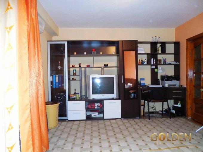 vanzare Apartament Arad cu 2 camere, cu 2 grupuri sanitare, suprafata utila 75 mp. Pret: 45.000 euro negociabil. Incalzire: Centrala proprie a cladirii.