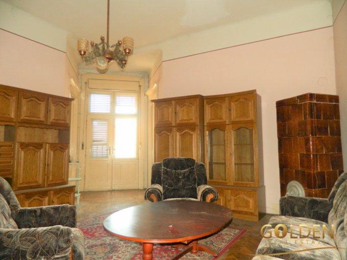 Apartament de vanzare direct de la agentie imobiliara, in Arad, in zona Ultracentral, cu 88.500 euro negociabil. 2  balcoane, 2 grupuri sanitare, suprafata utila 200 mp.