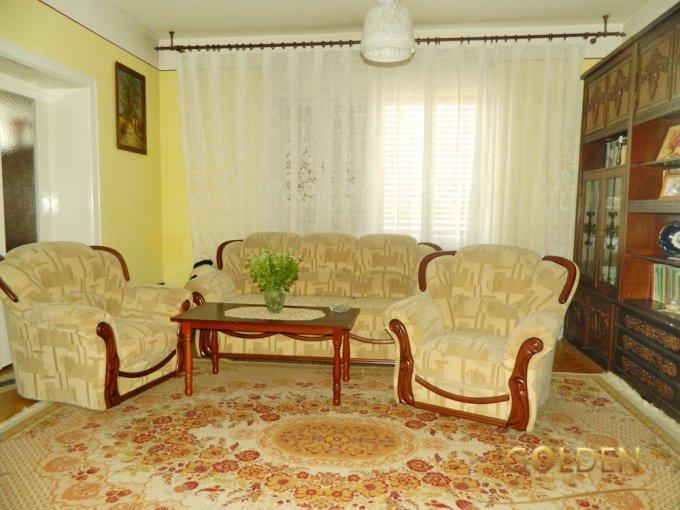 Gai Arad casa cu 16 camere, 4 grupuri sanitare, cu suprafata utila de 430 mp, suprafata teren 5500 mp si deschidere de 54 metri. In orasul Arad Gai.