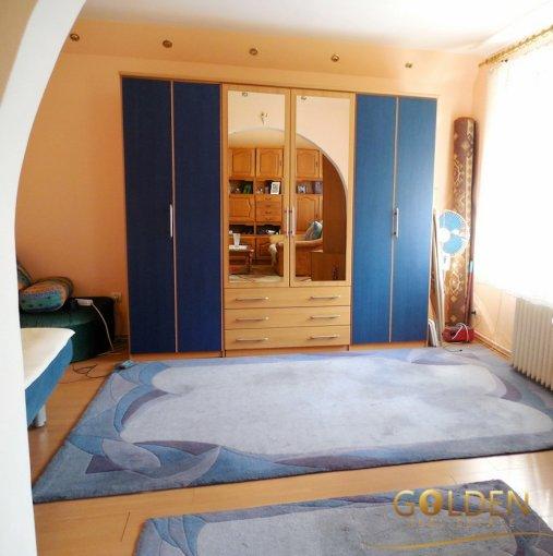Casa de vanzare in Arad cu 2 camere, cu 1 grup sanitar, suprafata utila 150 mp. Suprafata terenului 381 metri patrati, deschidere 10 metri. Pret: 50.000 euro negociabil. Casa