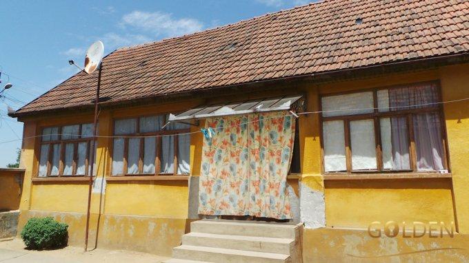 Minis casa cu 3 camere, 1 grup sanitar, cu suprafata utila de 100 mp, suprafata teren 750 mp si deschidere de 12 metri. In localitatea Minis.