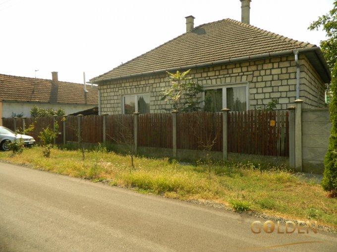 Casa de vanzare direct de la agentie imobiliara, in Arad, zona Exterior Vest, cu 24.500 euro negociabil. 1 grup sanitar, suprafata utila 90 mp. Are  3 camere.