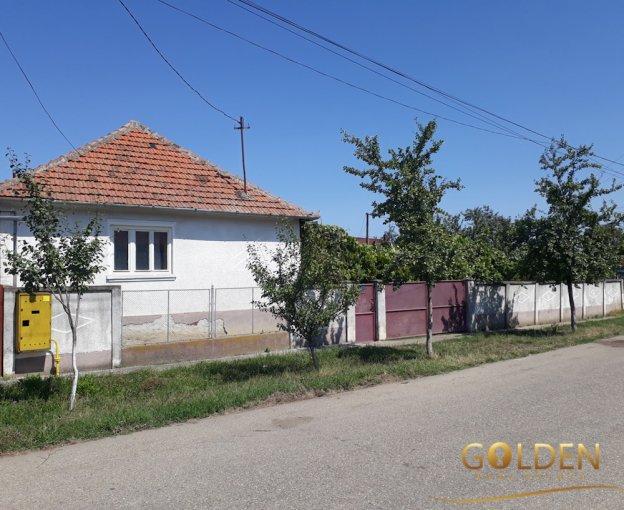 Vladimirescu casa cu 4 camere, 1 grup sanitar, cu suprafata utila de 125 mp, suprafata teren 900 mp si deschidere de 24 metri. In comuna Vladimirescu.