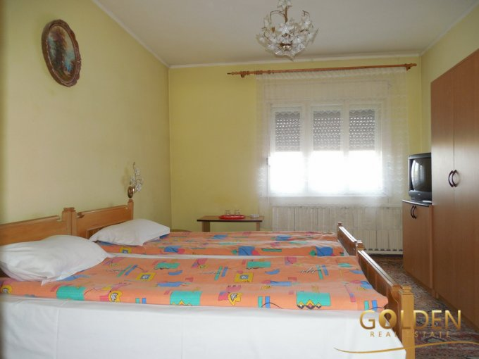 Mini hotel / Pensiune de vanzare, cu 8 dormitoare, 8 camere, cu 8 grupuri sanitare, suprafata utila 500 mp. Suprafata terenului 828 metri patrati, deschidere 10 metri. Pret: 220.000 euro negociabil.
