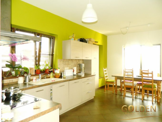 Vila de vanzare direct de la agentie imobiliara, in Arad, zona Aradul Nou, cu 190.000 euro negociabil. 2  balcoane, 3 grupuri sanitare, suprafata utila 190 mp. Are 1 etaj si 5 camere.