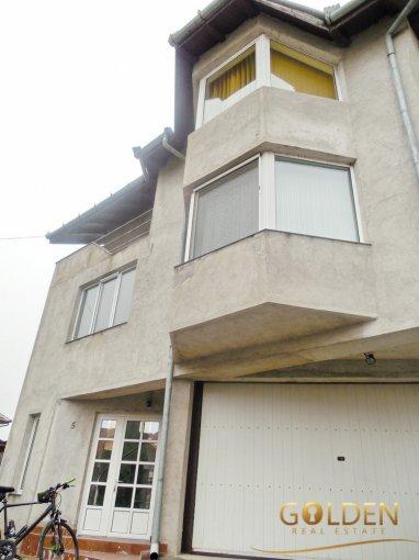Vila de vanzare direct de la agentie imobiliara, in Arad, zona Gradiste, cu 180.000 euro negociabil. 5  balcoane, 2 grupuri sanitare, suprafata utila 250 mp. Are 2 etaje si 4 camere.