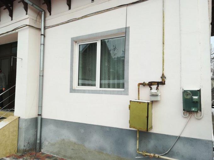 Casa de vanzare in Campulung-Muscel cu 3 camere, cu 1 grup sanitar, suprafata utila 75 mp. Suprafata terenului 250 metri patrati, deschidere 18 metri. Pret: 55.000 euro negociabil. Casa