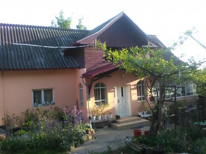 Casa de vanzare direct de la agentie imobiliara, in Campulung-Muscel, zona Nord-Vest, cu 95.000 euro negociabil. 1 grup sanitar, suprafata utila 90 mp. Are  4 camere.