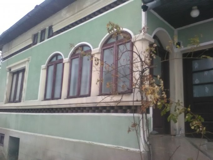 Casa de vanzare direct de la agentie imobiliara, in Leresti, cu 30.000 euro negociabil. 1 grup sanitar, suprafata utila 75 mp. Are  5 camere.
