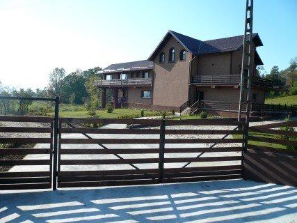 Vila P+1E+M / 7 camere / 9 grupuri sanitare / S desf.=575 mp / S teren = 1,3 ha .