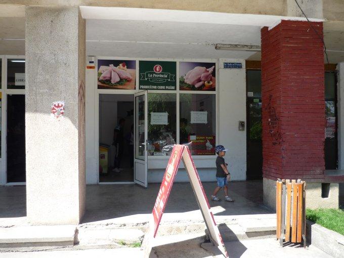 Spatiu comercial de inchiriat direct de la proprietar, in Mioveni, zona Centru, cu 1.500 euro negociabil. 1 grup sanitar, suprafata utila 40 mp.