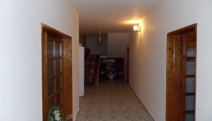 Vila cu 1 etaj, 7 camere, 1 grup sanitar, avand suprafata utila 223.6 mp. Pret: 170.000 euro negociabil. Incalzire: Centrala proprie a locuintei. proprietar vanzare Vila.