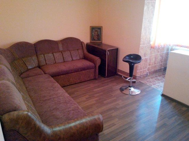 Apartament de vanzare in Bacau cu 2 camere, cu 1 grup sanitar, suprafata utila 42 mp. Pret: 25.000 euro negociabil. Usa intrare: Metal. Usi interioare: Lemn.