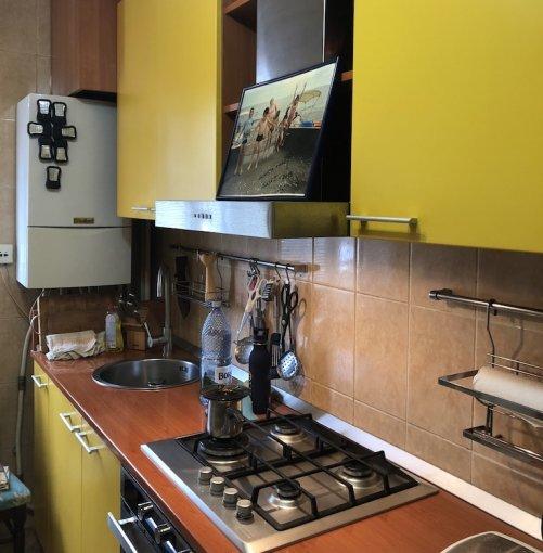 vanzare Apartament Bacau cu 3 camere, cu 1 grup sanitar, suprafata utila 68 mp. Pret: 52.000 euro negociabil. Incalzire: Centrala proprie a locuintei. Racire: Sistem de ventilatie naturala.