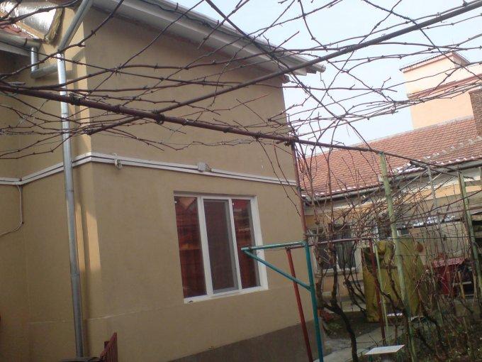 Apartament de inchiriat in Oradea cu 3 camere, cu 1 grup sanitar, suprafata utila 86 mp. Pret: 250 euro. Mobilat modest.
