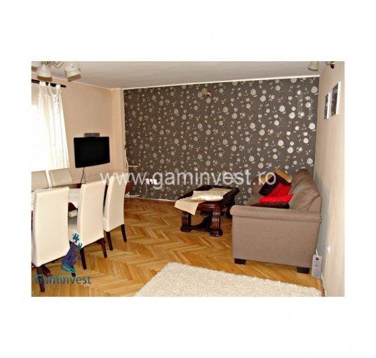 Apartament de vanzare in Oradea cu 4 camere, cu 2 grupuri sanitare, suprafata utila 100 mp. Pret: 75.000 euro negociabil. Usa intrare: Metal. Usi interioare: Lemn.