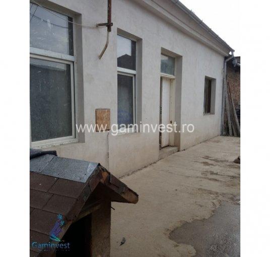 Casa de vanzare in Oradea cu 10 camere, cu 2 grupuri sanitare, suprafata utila 105 mp. Suprafata terenului 350 metri patrati, deschidere 14 metri. Pret: 70.000 euro. Casa