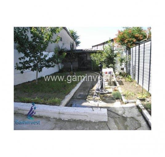 Casa de vanzare in Oradea cu 2 camere, cu 1 grup sanitar, suprafata utila 58 mp. Suprafata terenului 153 metri patrati, deschidere 10 metri. Pret: 54.000 euro negociabil. Casa