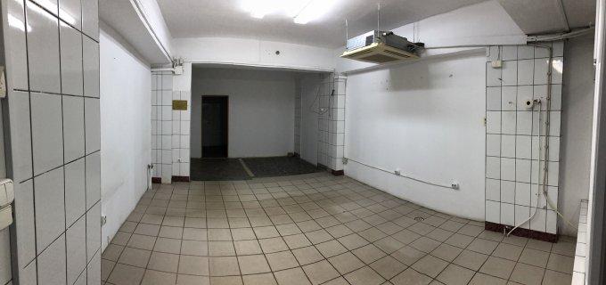 de inchiriat spatiu comercial cu 4 incaperi, 1 grup sanitar, suprafata de 53 mp. In orasul Oradea, zona Rogerius. 270 euro negociabil. Incalzire: Incalzire prin termoficare. Racire: Aer conditionat.