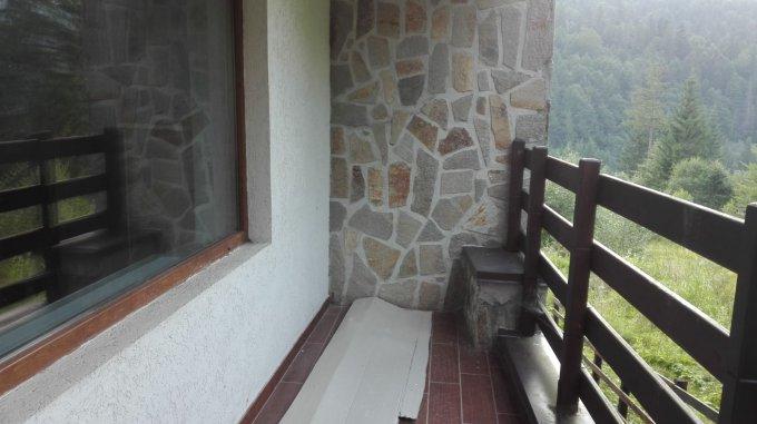 Vila  de vacanta in Predeal- oaza de liniste, aer curat si verdeata, de vanzare, la mai putin de 1100m de partia Clabucet.Cu o suprafata totala de peste 223 mp, incluzand spatiul de  locuit dispus pe 3 niveluri - demisol ,parter,mansarda- 2 balcoane la et