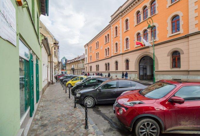 Apartament de vanzare in Brasov cu 2 camere, cu 1 grup sanitar, suprafata utila 60 mp. Pret: 62.500 euro. Usa intrare: Lemn. Usi interioare: Lemn.