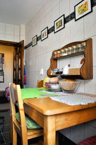 Apartament vanzare Racadau cu 3 camere, etajul 5 / 8, 2 grupuri sanitare, cu suprafata de 70 mp. Brasov, zona Racadau.