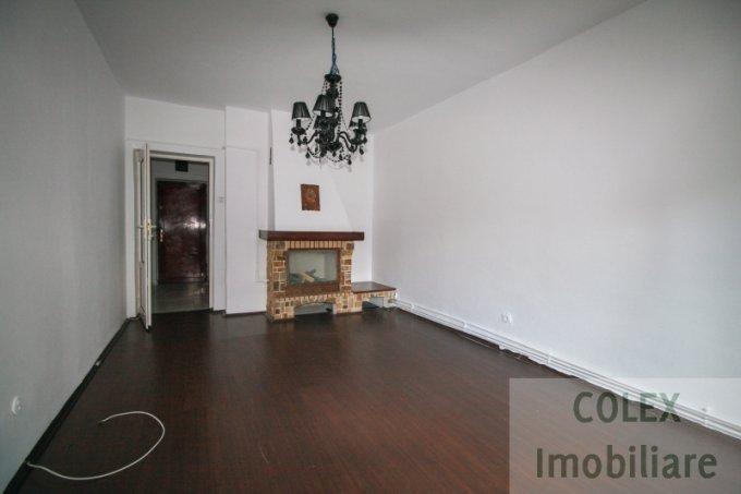 vanzare Apartament Predeal cu 3 camere, cu 2 grupuri sanitare, suprafata utila 68 mp. Pret: 54.000 euro negociabil.
