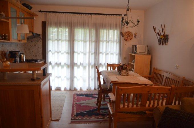 vanzare Apartament Predeal cu 3 camere, cu 2 grupuri sanitare, suprafata utila 68 mp. Pret: 90.000 euro. Incalzire: Centrala proprie a locuintei.