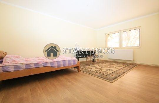Apartament de inchiriat in Brasov cu 3 camere, cu 2 grupuri sanitare, suprafata utila 72 mp. Pret: 450 euro. Usa intrare: Metal. Usi interioare: Lemn. Nemobilat.