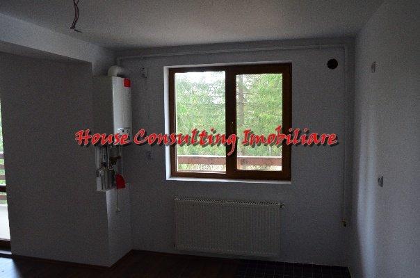 Apartament de vanzare in Predeal cu 3 camere, cu 2 grupuri sanitare, suprafata utila 110 mp. Pret: 75.000 euro. Usa intrare: Metal. Usi interioare: Lemn.