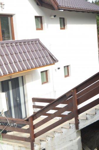 vanzare Apartament Predeal cu 3 camere, cu 2 grupuri sanitare, suprafata utila 80 mp. Pret: 70.000 euro. Incalzire: Centrala proprie a locuintei.