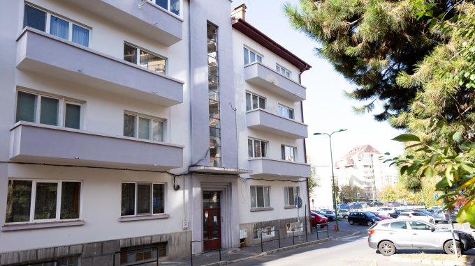 vanzare Apartament Brasov cu 3 camere, cu 1 grup sanitar, suprafata utila 118 mp. Pret: 110 euro. Incalzire: Centrala proprie a locuintei. Racire: Aer conditionat.