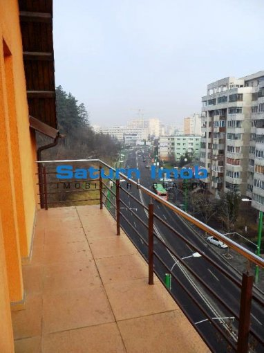 Apartament inchiriere cu 4 camere, etajul 4 / 5, 2 grupuri sanitare, cu suprafata de 147 mp. Brasov.