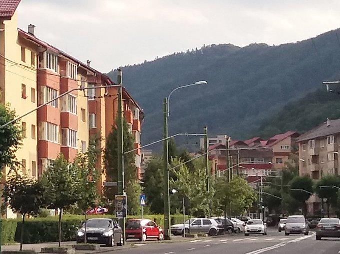vanzare Duplex Brasov cu 4 camere, cu 12 grupuri sanitare, suprafata utila 90 mp. Pret: 79.000 euro negociabil. Incalzire: Centrala proprie a locuintei.