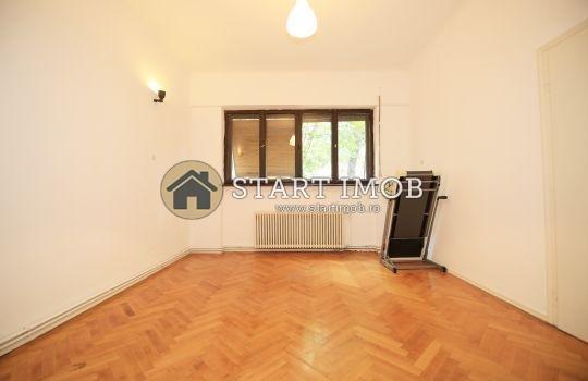Apartament de inchiriat in Brasov cu 4 camere, cu 2 grupuri sanitare, suprafata utila 135 mp. Pret: 750 euro. Nemobilat.