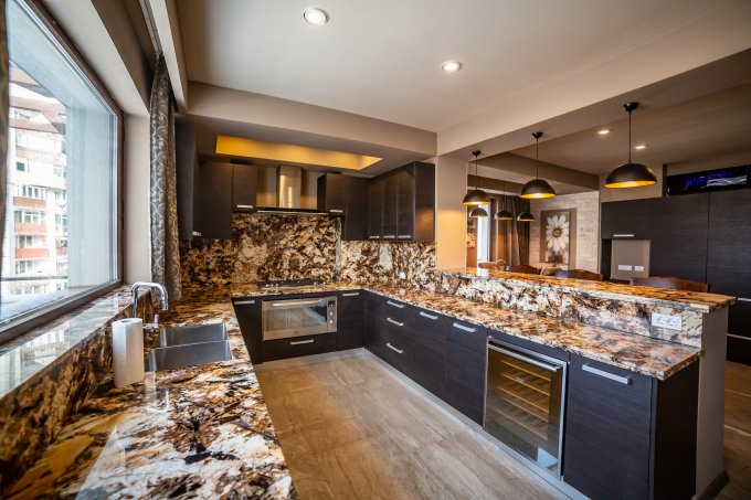 Apartament de vanzare in Brasov cu 4 camere, cu 2 grupuri sanitare, suprafata utila 200 mp. Pret: 299.000 euro.