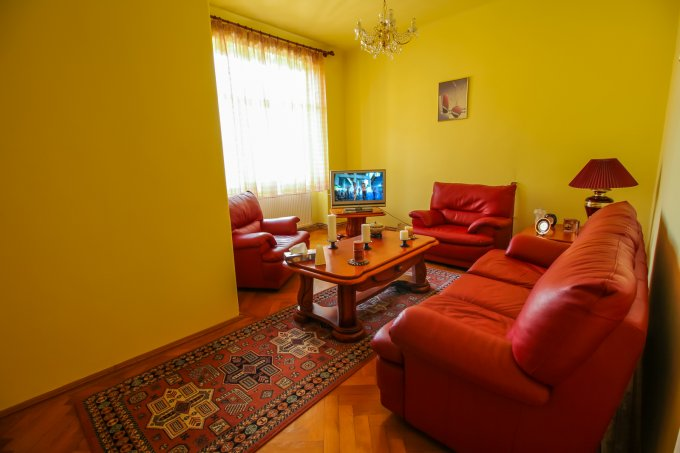 Apartament vanzare Brasov 5 camere, suprafata utila 150 mp, 2 grupuri sanitare, 2  balcoane. 150.000 euro negociabil. Etajul 1 / 2. Destinatie: Rezidenta, Birou, Vacanta. Apartament Centrul Civic Brasov