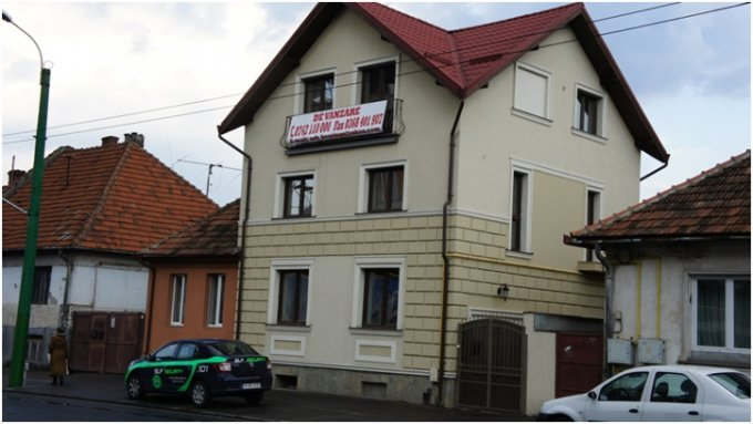 Casa de vanzare direct de la proprietar, in Brasov, zona 13 Decembrie, cu 285.000 euro. 2  balcoane, 7 grupuri sanitare. Are  8 camere.