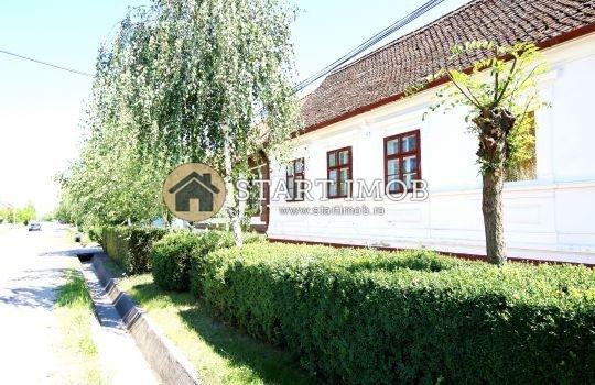 Casa de vanzare in Harman cu 2 camere, cu 1 grup sanitar, suprafata utila 75 mp. Suprafata terenului 1680 metri patrati, deschidere 20 metri. Pret: 99.000 euro. Casa