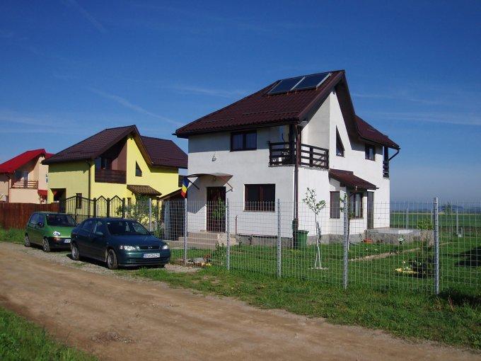Casa de vanzare in Brasov cu 3 camere, cu 2 grupuri sanitare, suprafata utila 112 mp. Suprafata terenului 500 metri patrati, deschidere 23 metri. Pret: 86.000 euro. Usi interioare: Lemn. Casa