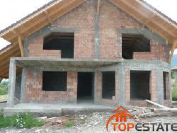 Bran casa cu 5 camere, 4 grupuri sanitare, cu suprafata utila de 200 mp, suprafata teren 1000 mp si deschidere de 21 metri. In comuna Bran.