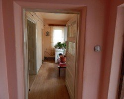Casa de vanzare in Brasov cu 5 camere, cu 2 grupuri sanitare, suprafata utila 180 mp. Suprafata terenului 460 metri patrati, deschidere 10 metri. Pret: 114.000 euro. Casa