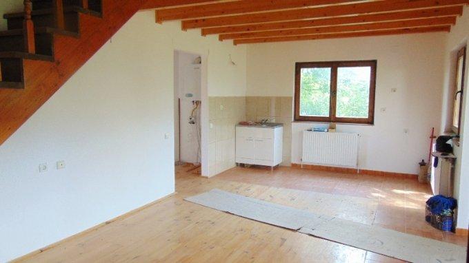 Casa de vanzare in Bran cu 5 camere, cu 2 grupuri sanitare, suprafata utila 120 mp. Suprafata terenului 1500 metri patrati, deschidere 20 metri. Pret: 70.000 euro. Casa