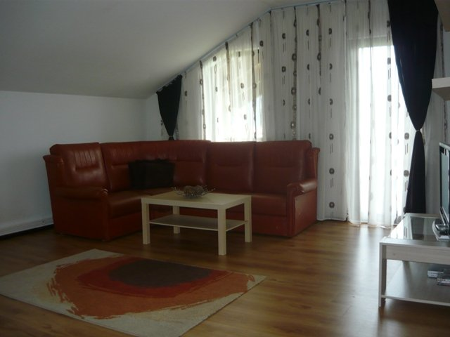Casa de vanzare direct de la agentie imobiliara, in Rasnov, cu 92.000 euro negociabil. 1  balcon, 3 grupuri sanitare, suprafata utila 200 mp. Are  6 camere.