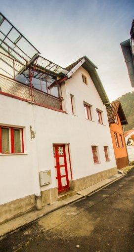 vanzare Casa Brasov cu 6 camere, cu suprafata utila de 140 mp, 3 grupuri sanitare, 1  balcon. 98.600 euro. Destinatie: Rezidenta, Birou, Comercial, Vacanta, Centru de afaceri, Magazin, (mini) Hotel / Pensiune.. Casa vanzare Schei Brasov