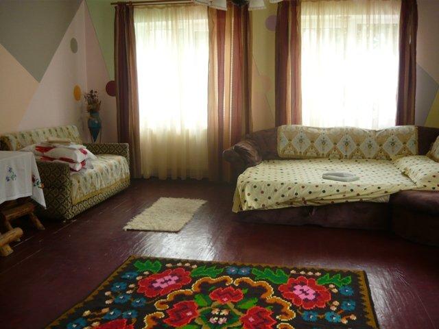 Casa de vanzare in Rasnov cu 7 camere, cu 5 grupuri sanitare, suprafata utila 205 mp. Suprafata terenului 493 metri patrati, deschidere 12 metri. Pret: 95.000 euro. Casa