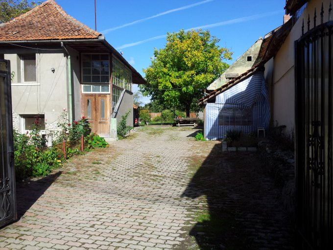 Prejmer casa cu 7 camere, 5 grupuri sanitare, cu suprafata utila de 250 mp, suprafata teren 1350 mp si deschidere de 20 metri. In comuna Prejmer.
