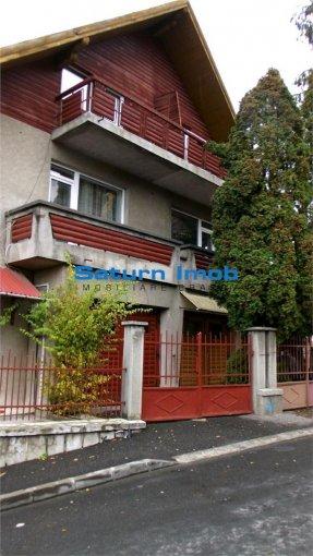 Casa de vanzare in Brasov cu 7 camere, cu 4 grupuri sanitare, suprafata utila 256 mp. Suprafata terenului 460 metri patrati, deschidere 8 metri. Pret: 240.000 euro. Casa