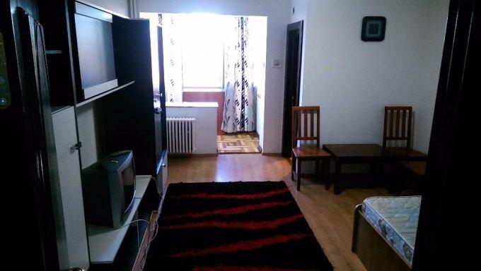 Garsoniera de inchiriat in Brasov, cu 1 grup sanitar, suprafata utila 30 mp. Pret: 210 euro. Usa intrare: Metal. Usi interioare: Lemn. Mobilata modern.